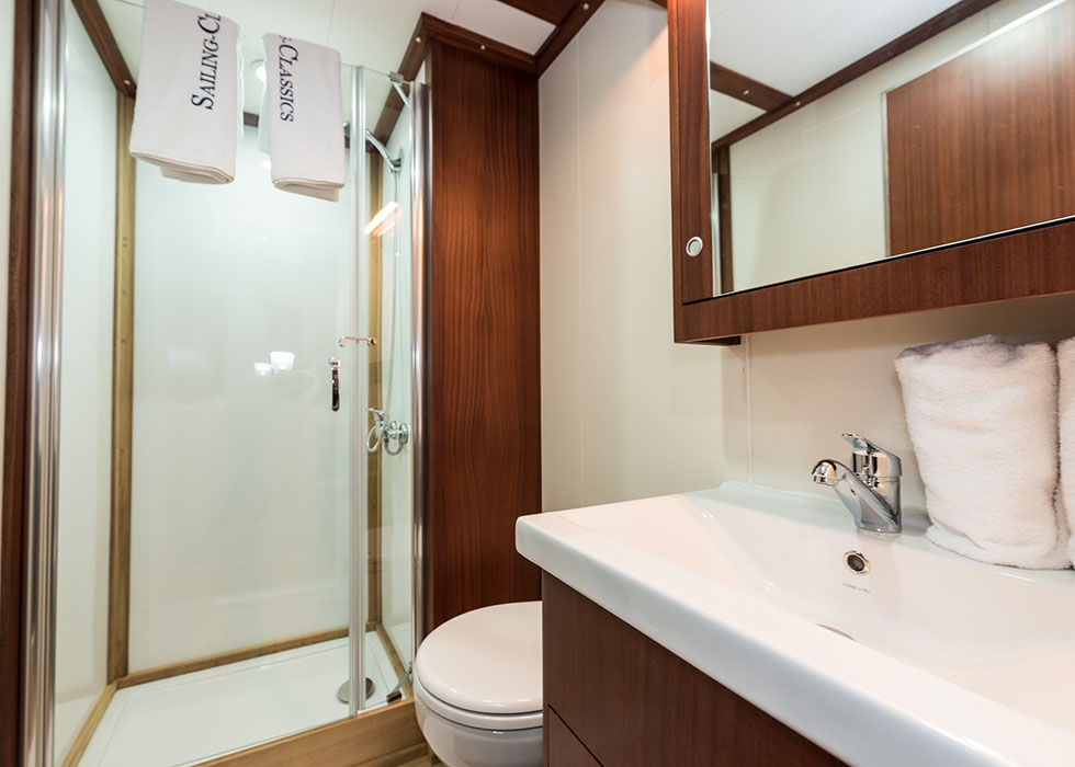 CHRONOS, deluxe cabin, bathroom
